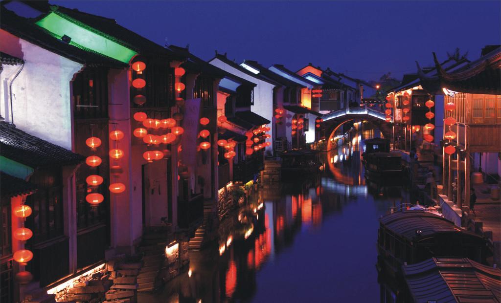 历史山塘街一向为历代文人墨客和朝野名士所钟爱,曾留下了许多吟咏之作。而清乾隆帝对山塘街则是分外青睐,他写的诗中,直接提到山塘的就有9首。1761年乾隆在太后七十大寿时,特意在北京万寿寺紫竹院旁沿玉河仿建了一条苏州街,而这条苏州街就是以山塘街为蓝本的。1792年,乾隆帝又在御苑清漪园(即后来的颐和园)万寿山北建造了一条苏州街,也还是山塘街的翻版。这两条苏州街后来在战火中被毁,1986年在颐和园又重建了苏州街,使七里山塘的风貌再次重现于京华。 山塘街已经经历了1100余年的风雨沧桑,中华人民共和国成立